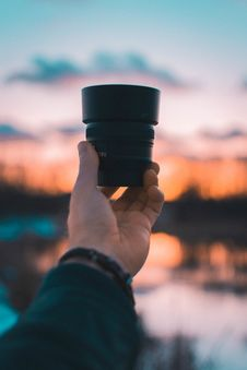 Free Close-Up Photography Of A Person Holding Camera Lens Royalty Free Stock Photography - 114677507
