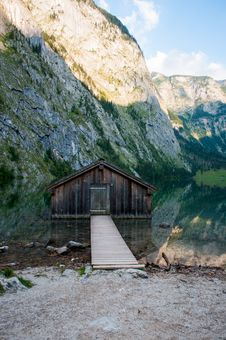 Free Brown Wooden Dock Near Rocky Cliff Stock Images - 114677564