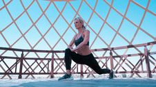 Free Woman In Green Sports Bra And Black Leggings Doing Leg Lunges Royalty Free Stock Photos - 114677788