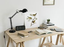 Free Brown Wooden Desk With Table Lamp Royalty Free Stock Photos - 114751248