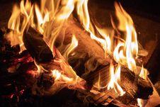 Free Burning Campfire Royalty Free Stock Photos - 114825498