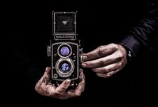 Free Person Holding Black Twin-lens Reflex Camera Stock Photo - 114825540