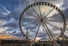 Free Ferris Wheel Underneath Cloudy Day Stock Photo - 114825590