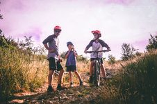 Free Bike Riding Black Hardtail Mountain Bike Royalty Free Stock Photos - 114892438