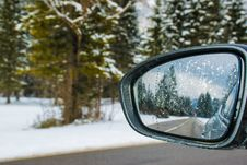 Free Framed Side Mirror Beside Snow Covered Field Royalty Free Stock Photography - 114892547