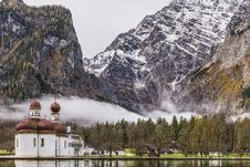 Free White And Brown Mosque Beside Body Of Water Near Rocky Mountain Stock Photos - 114892563
