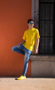 Free Man Wearing Yellow Crew-neck T-shirt And Blue Denim Jeans Royalty Free Stock Photos - 114943898