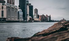 Free High-rise Building Near Body Of Water Royalty Free Stock Photo - 114943945