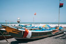 Free Green And Orange Boat Near Seashore Royalty Free Stock Images - 115012999