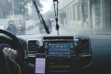 Free Photo Of Person Driving Car While Raining Royalty Free Stock Photo - 115111005