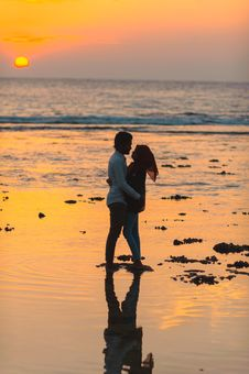 Free Man And Woman Hugging By The Seashore During Sunset Stock Photography - 115111062