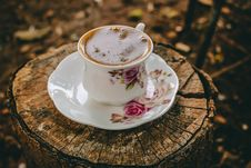Free Close-UP Photography Of Coffee On Tree Stump Royalty Free Stock Photo - 115116615