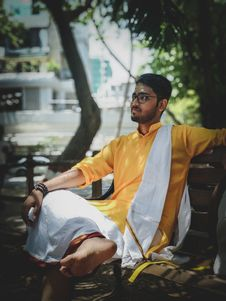Free Man Wearing Yellow And White Suit Sitting On Bench Stock Images - 115203044