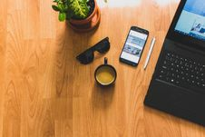 Free Black Laptop On Brown Table Stock Photography - 115269042