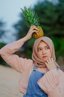 Free Woman Holding Pineapple On Her Head Royalty Free Stock Image - 115269096