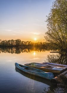Free Three Brown Canoes Under Golden Hour Stock Photos - 115269163