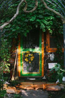 Free Photo Of Door Near Plants Royalty Free Stock Image - 115423216