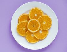 Free Sliced Orange Fruits On Round White Ceramic Plate Royalty Free Stock Photo - 115423845