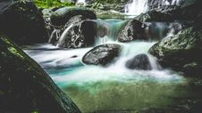 Free Waterfalls Over Black Stones Royalty Free Stock Images - 115550299