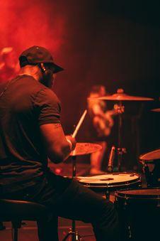 Free Man S Wearing Black Shirt Playing Drum Royalty Free Stock Photos - 115550378
