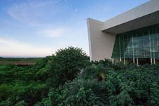 Free Forest Beside White Building Under Clear Sky Stock Images - 115550444