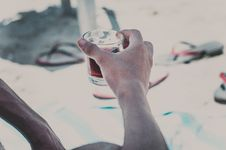 Free Person Holding Clear Old-fashioned Glass Stock Photos - 115628173