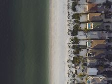 Free High-angle View Of Beach And Houses Royalty Free Stock Photo - 115628255