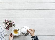 Free Person Pouring Tea On A Cup Royalty Free Stock Photography - 115628407