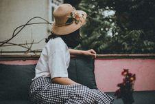 Free Woman Wearing Sun Hat Looking Backward Royalty Free Stock Image - 115628496
