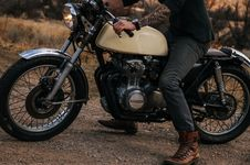 Free Man Riding Beige Naked Motorcycle Royalty Free Stock Image - 115773846