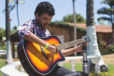 Free Man Holding Guitar Near Tree Royalty Free Stock Images - 115773979