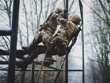 Free Soldier Climbing On Rope Stock Photo - 115774000