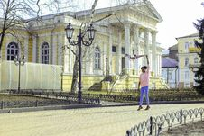 Free Girl Wearing Pink Long-sleeved Shirt And Blue Pants At Street Royalty Free Stock Photo - 115774005