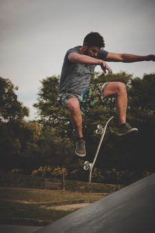 Free Man Skateboarding Near Trees At Daytime Stock Photos - 115843973