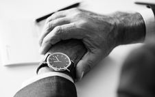 Free Person Wearing Round Silver-colored Analog Watch Royalty Free Stock Photography - 115844207