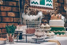Free Green And White Themed Dessert Table Stock Image - 115844221