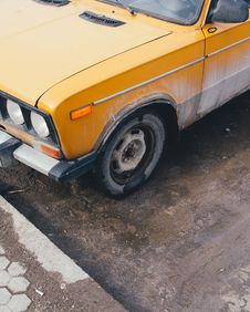 Free Yellow Car Parked Near Street Curb Royalty Free Stock Photos - 115913628