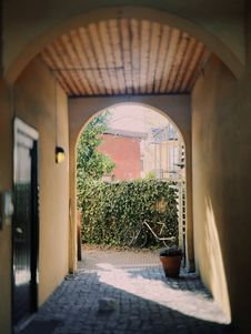 Free Black Door In Front Of Hallway Royalty Free Stock Photography - 115913757