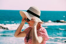 Free Selective Focus Photo Of Woman Wears Beige Sun Hat Stand Behind Body Of Water A Daytime Royalty Free Stock Photos - 115976988