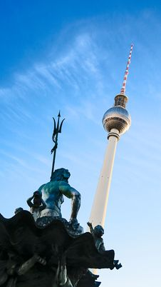 Free Low Angle Photo Of Statue And Tower Structure Royalty Free Stock Photography - 115977057