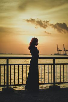 Free Silhouette Photo Of Woman Near Railing Stock Images - 115977084