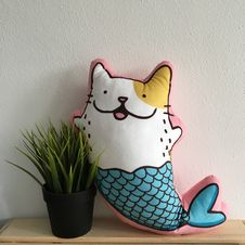 Free Mermaid Cat Pillow Beside Plant Royalty Free Stock Photography - 116049967