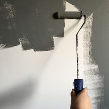 Free Person Holding Paint Roller While Painting The Wall Royalty Free Stock Photography - 116049987