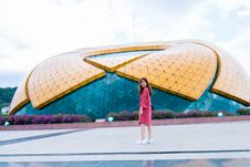 Free Woman Standing In Front Of Yellow And Blue Glass Building Royalty Free Stock Photo - 116049995