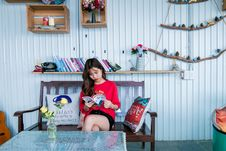 Free Woman In Red Shirt Reading Book While Sitting On Bench Royalty Free Stock Photo - 116147425