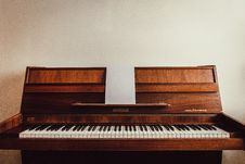 Free Brown Upright Piano Royalty Free Stock Photos - 116232308