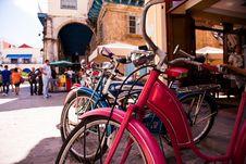 Free Red Beach Cruiser Bicycle Across Concrete Building Stock Photos - 116371143