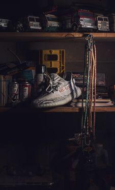 Free Unpaired Beluga Adidas Yeezy Boost 350 Shoe Stock Photos - 116371163
