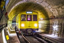 Free Yellow And Black Train Under Tunnel Stock Photography - 116371602