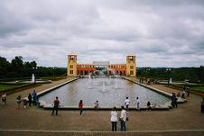 Free People Near To Fountain Royalty Free Stock Images - 116371609